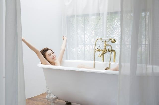 浴槽につかる女性