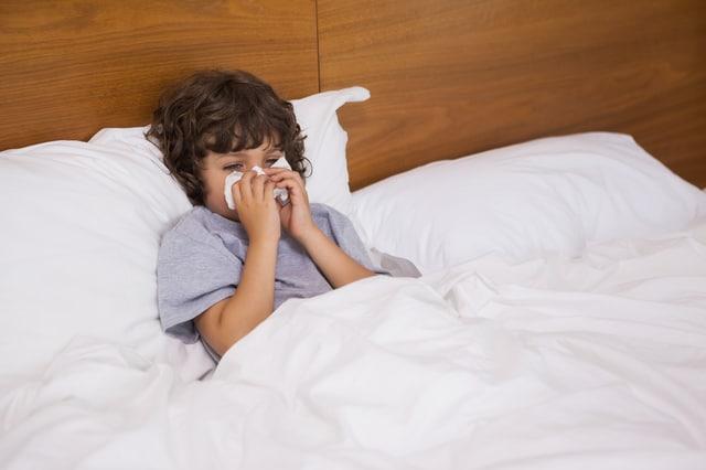 ベッドで鼻をかむ子供
