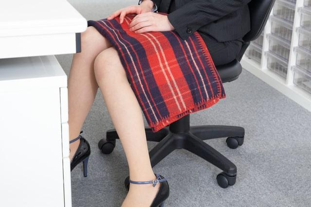 オフィスでブランケットを使う女性