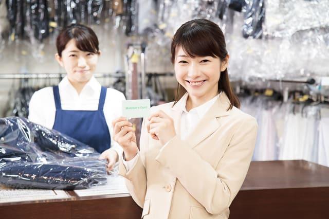クリーニング店でメンバーズカードを出す女性