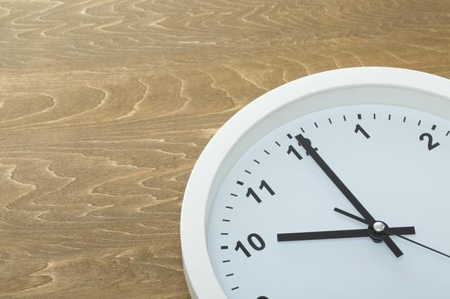 10時を指す時計