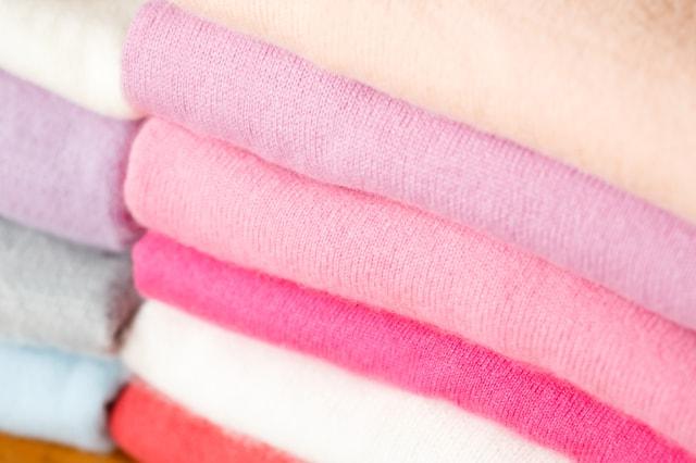 畳んで積まれたセーター
