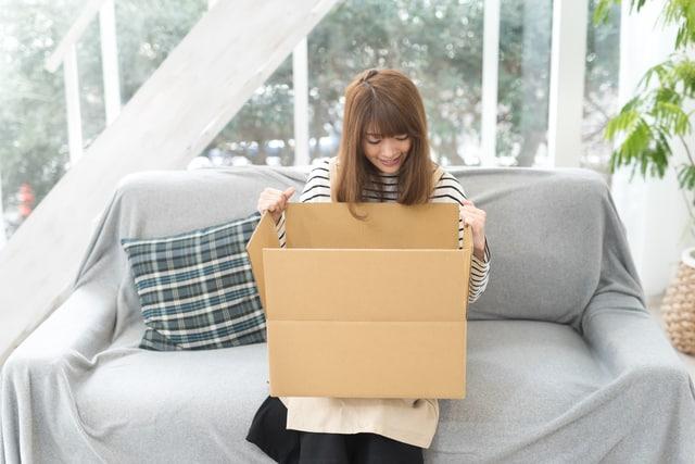 ダンボール箱を持つ女性
