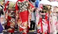 成人式に振袖を着る女性