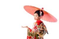 振袖を着て傘を持つ女性