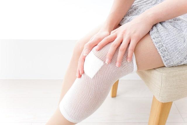 怪我をして包帯を巻いている女性