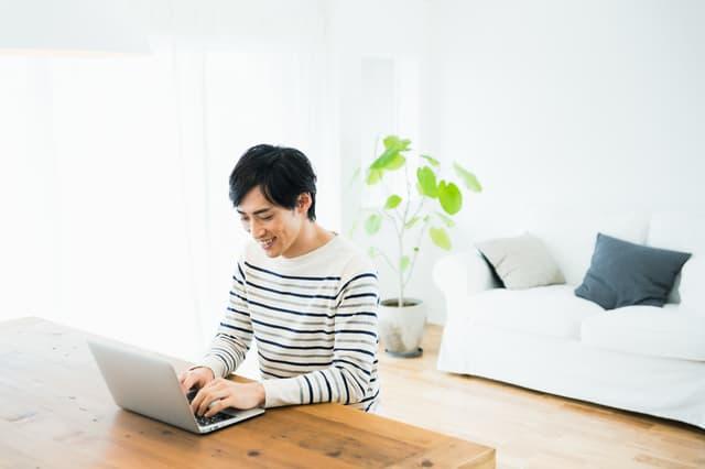 自宅でパソコンを操作する男性