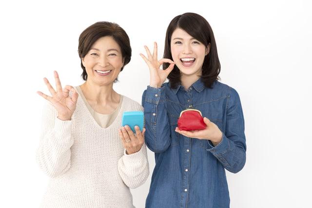 お財布を持つ2人の女性