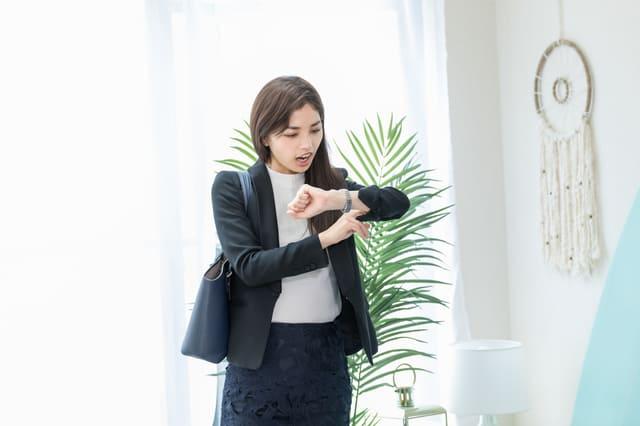 出勤前に時間を確認する女性