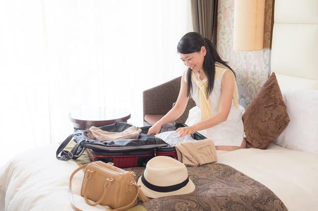 荷物をパッキングする女性
