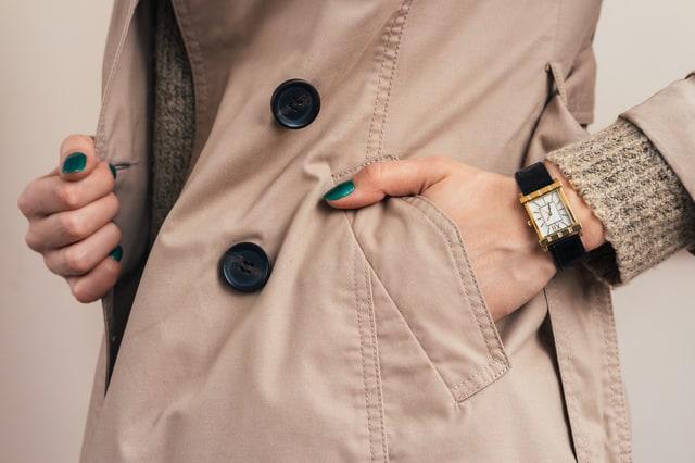 コートのポケットに手を入れる女性