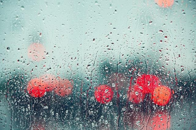 雨雫がついた窓ガラス