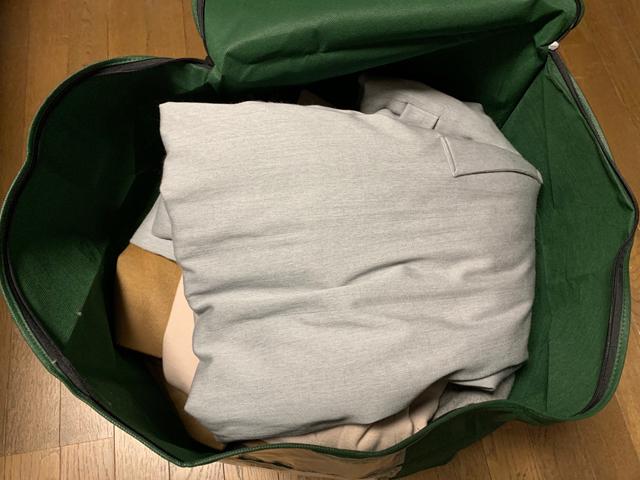 バッグにつめた衣類