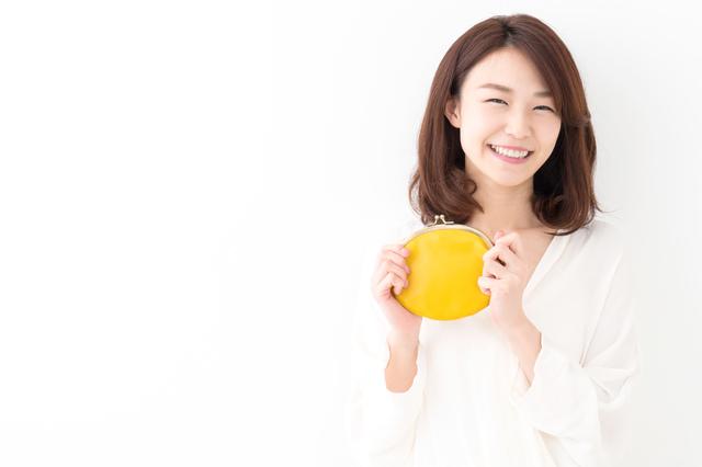 財布を持って笑顔の女性