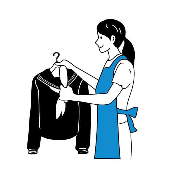 制服をハンガーにかける女性