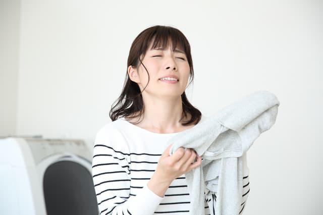 洗濯に失敗した女性