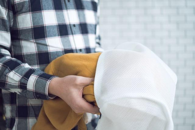 洗濯ネットを持つ男性