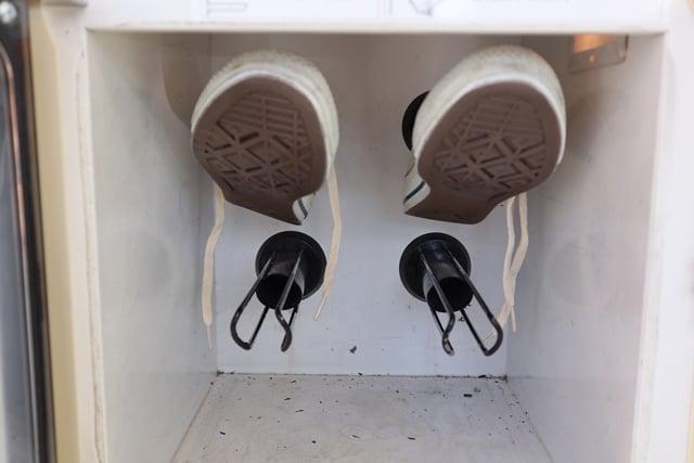 靴乾燥機にスニーカーをセットした様子