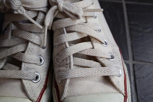 洗う前のスニーカーの靴紐