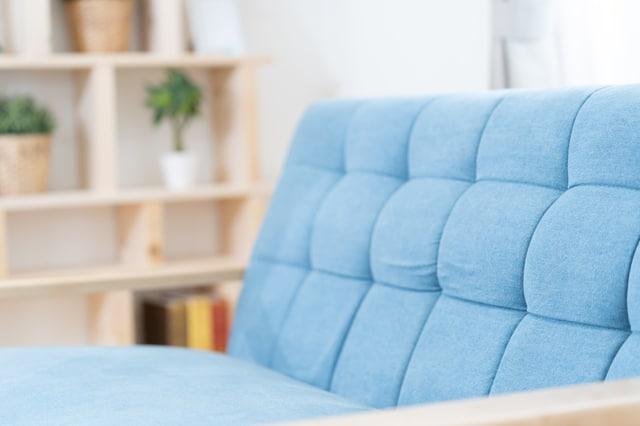 青いソファ