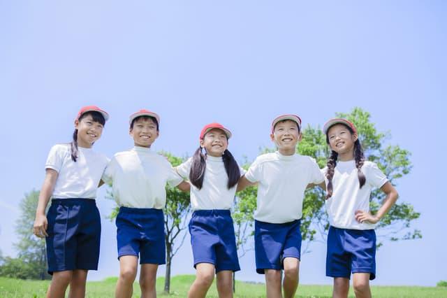 体操服を着た小学生たち
