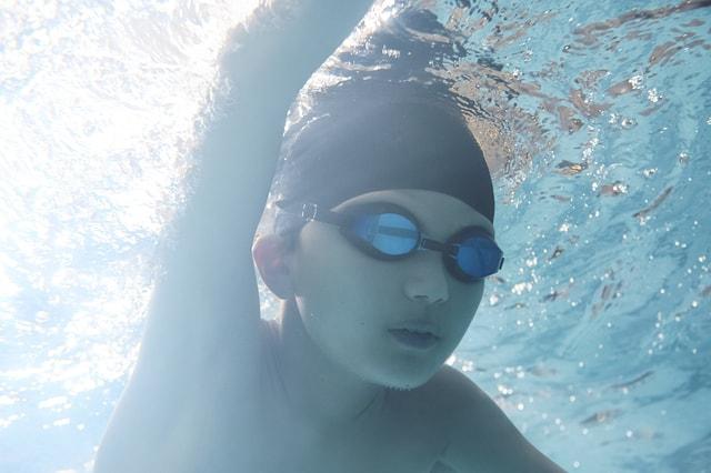 泳ぐ練習をする男の子