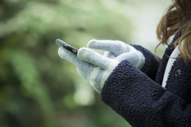 手袋をした女性