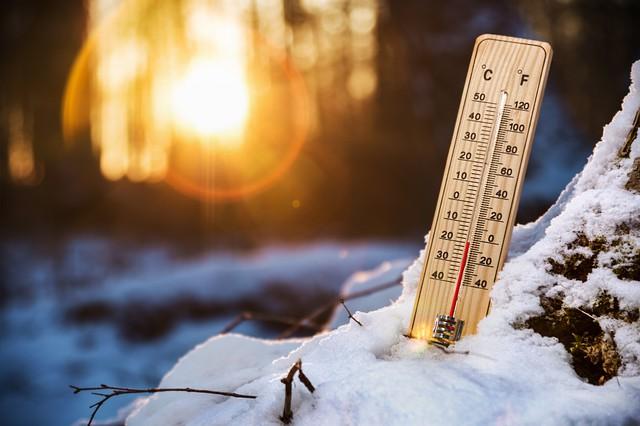 雪の中の温度計