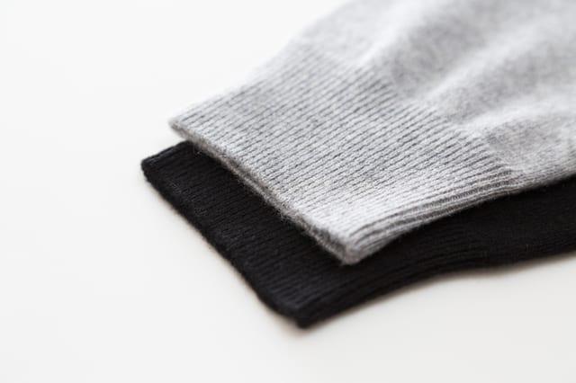 2つのセーターの袖口
