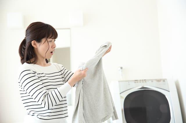 衣類を洗濯する女性