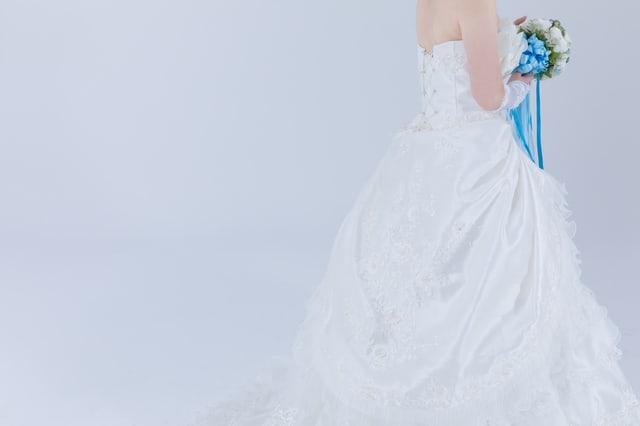 ブーケを持ったウェディングドレス姿の女性